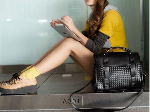 девушка с сумкой