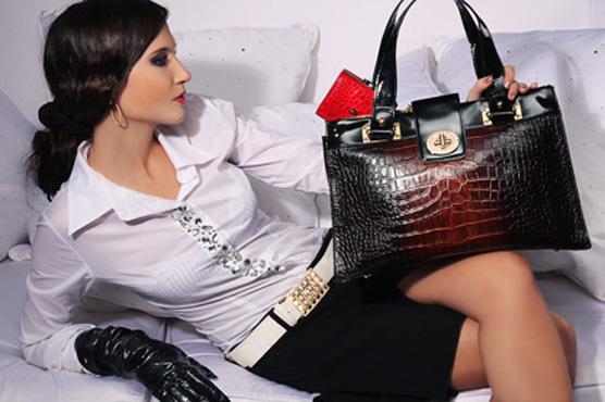 брюнетка с сумочкой
