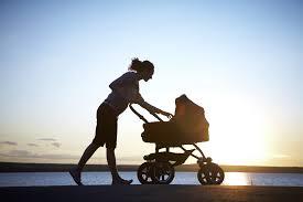мама на прогулке с малышом