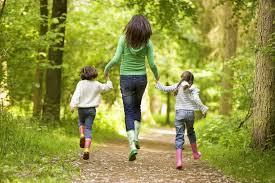 мама и дети в лесу